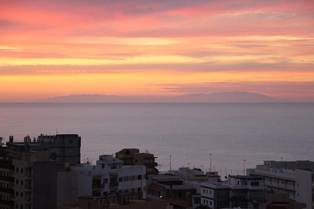 Küstenort Punta del Hidalgo im Norden von Teneriffa La Palma Sonnenuntergang