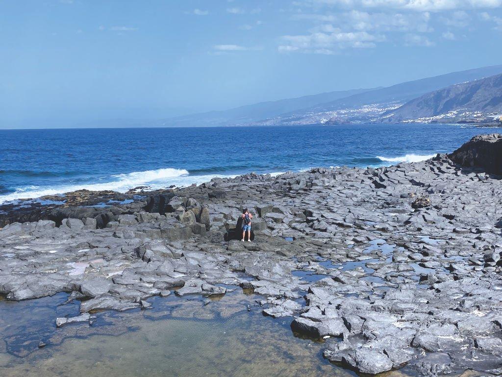 Basaltsteine in der Küste von Los Silos