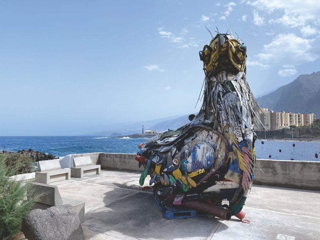 Skulptur aus Plastik: Der Meeresmüll-Vogel. Teneriffa