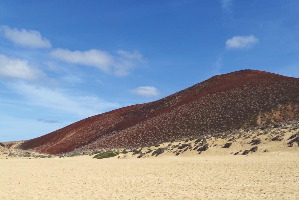 Strand und Vulkan auf La Graciosa