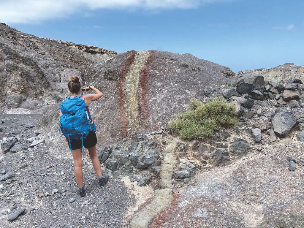 Farbige Felsen in Cofete auf Fuerteventura