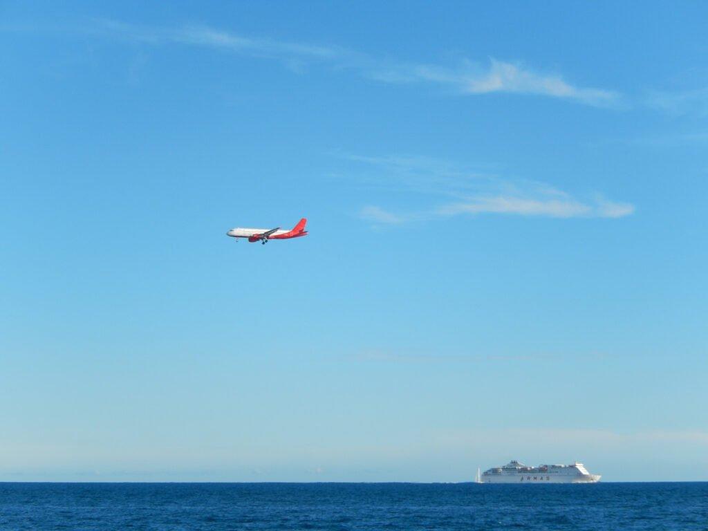 Fähre und Flugzeug auf den Kanaren